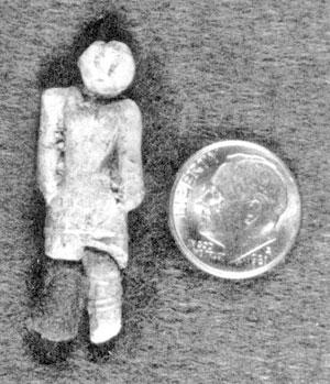 La figurilla de Nampa en comparación con una moneda.