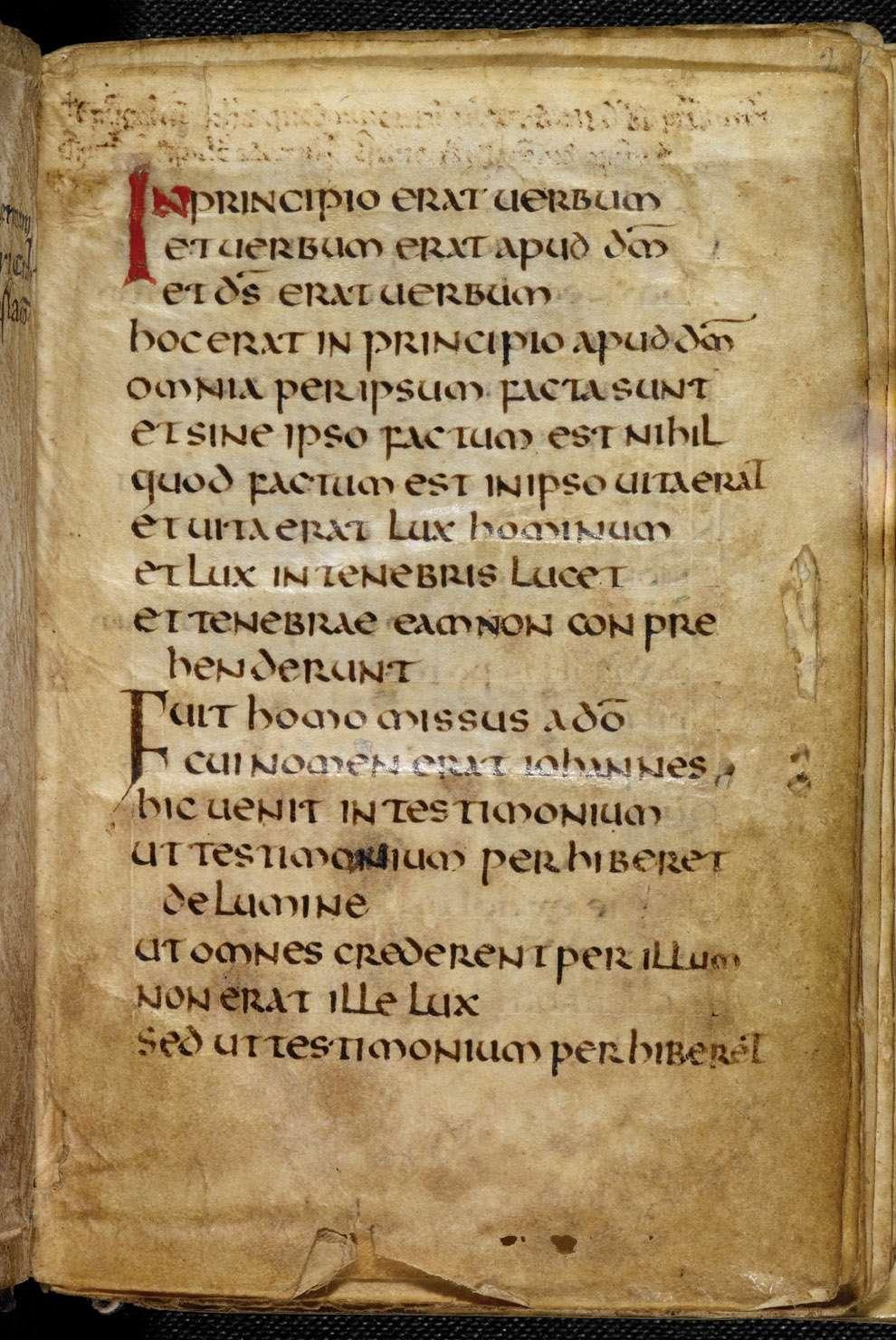 Apodado el Evangelio de San Cuthbert, el Evangelio de San Juan está escrito en latín en páginas unidas por tablas de abedul roscadas cubiertas de piel de cabra teñida de carmesí.