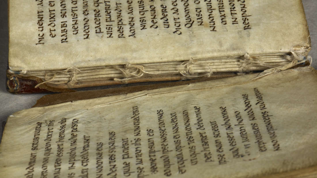 Libro intacto más antiguo de Europa hallado en el ataúd de un santo