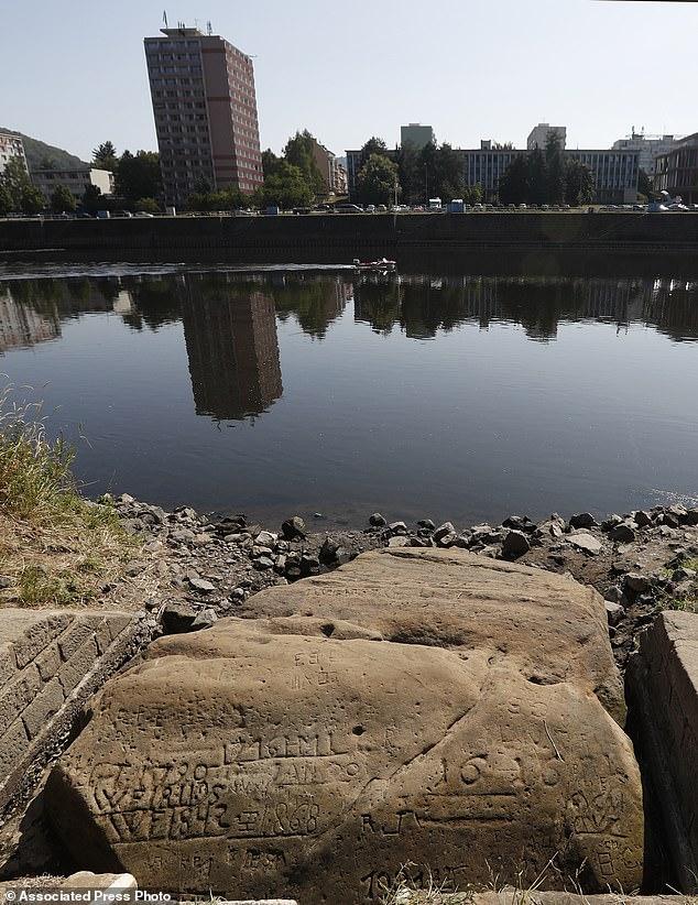 Las «piedras del hambre» y fueron elegidas en el pasado para registrar los bajos niveles de agua del río