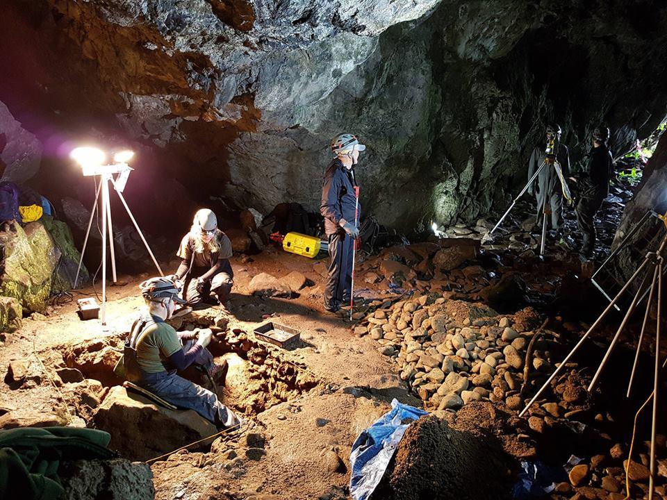 Descubren puerta medieval oculta en castillo de Escocia que conduce a cuevas