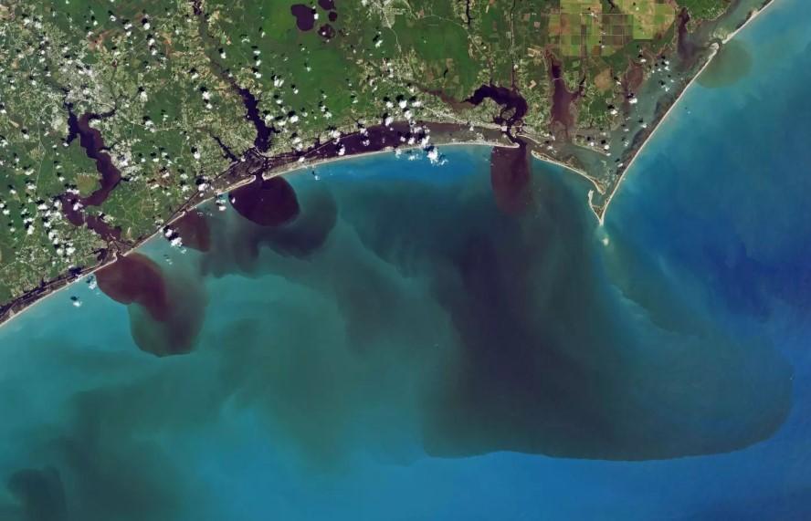 Imagen satelital en color natural que muestra cómo las inundaciones han afectado la calidad del agua en White Oak River, New River y Adams Creek, que desembocan en el Océano Atlántico.