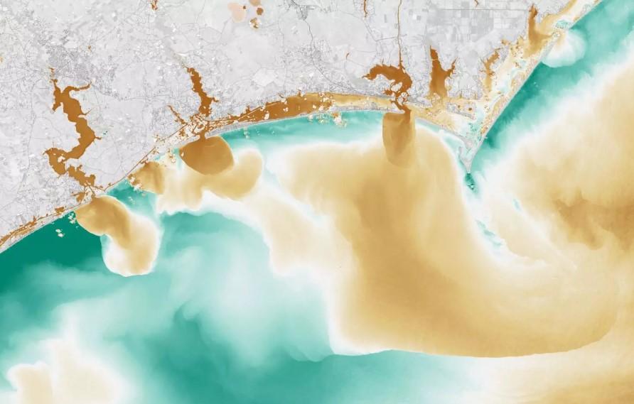 Imagen de satélite de color falso muestra cómo las inundaciones han afectado la calidad del agua en White Oak River, New River y Adams Creek, que desembocan en el Océano Atlántico.