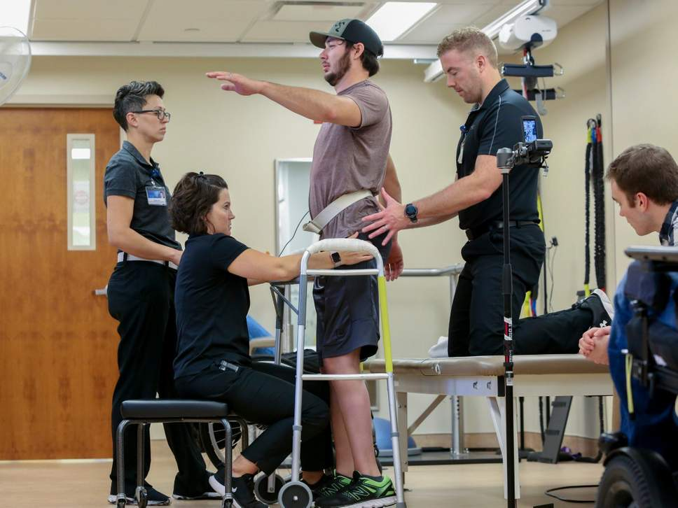 Hombre parapléjico camina de nuevo gracias a implante controlado por su mente