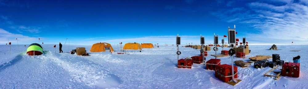 Instalación de una estación sísmica cerca del borde norte de la Plataforma de Hielo de Ross