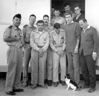 Félicette junto a once miembros humanos del equipo de la misión espacial francesa.
