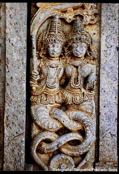 Escultura de deidades serpentina masculina Naga y femenina Nagini. Bhuvanesvar, Orissa, India.