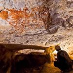 Hallan el arte rupestre figurativo más antiguo del mundo