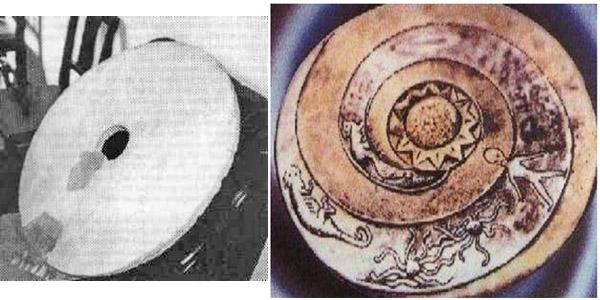 """Izquierda: supuesta fotografía de un Disco Dropa de 1962. Derecha: Imagen representativa de un Disco Dropa, aparecida en el libro """"Sungods in Exile""""."""