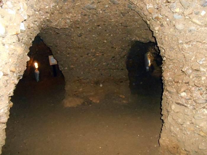 Laberinto subterráneo de Ravne al lado de la Pirámide Bosnia del Sol