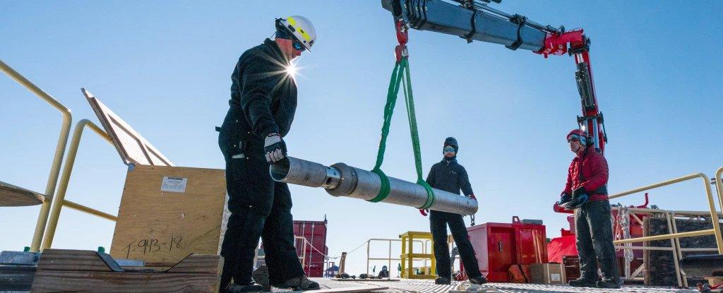 Trabajadores realizando trabajos de perforación en la Antártida