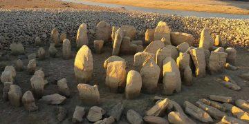 Emerge monumento megalítico de 5.000 años que estaba oculto bajo las aguas de un embalse