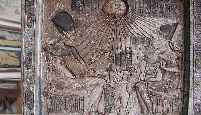 Arte con misteriosas figuras en la época de Akhenatón