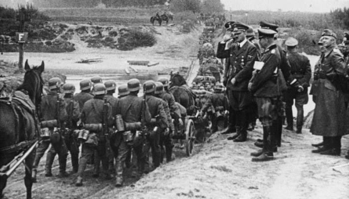 Hitler y su ejército usando caballos con protección.