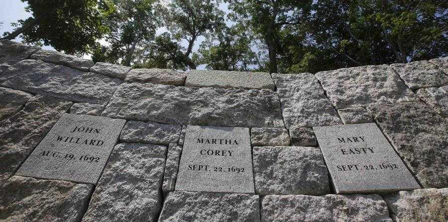 Monumento de piedra levantado en el año 2017 por la comunidad de Salem, en Massachusetts, para recordar a las personas que fueron ejecutadas en 1692, acusadas injustamente de brujería
