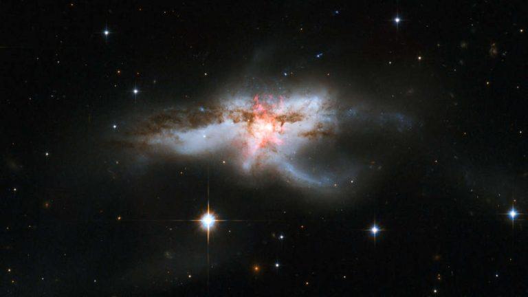Descubren tres agujeros negros supermasivos en el núcleo de una galaxia
