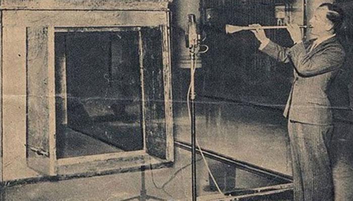 Rex Keating tocando una de las trompetas de Tutankamon