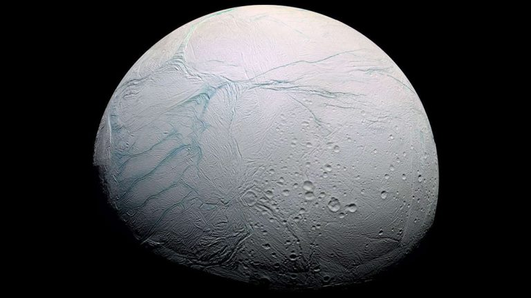 Científicos revelan por qué una de las lunas de Saturno tiene «rayas de tigre»