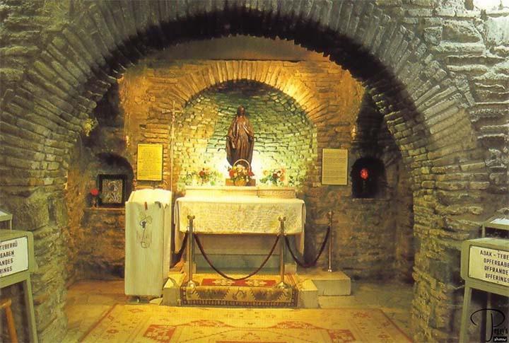 Altar en el interior de la casa Virgen María