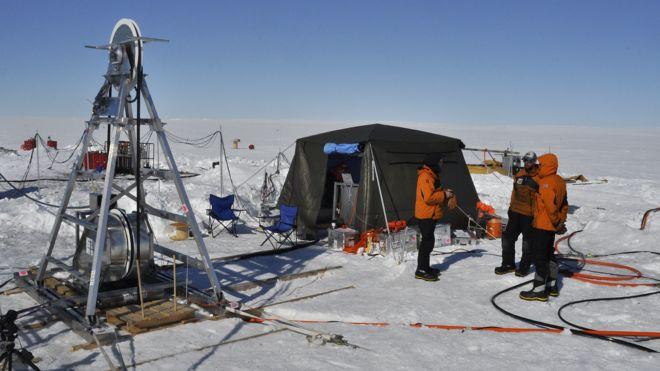 Científicos trabajando en el glaciar Thwaites