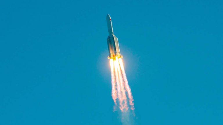 Restos de un cohete chino se estrellan contra la Tierra en una caída descontrolada
