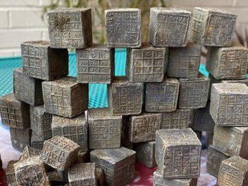Encuentran 60 cubos metálicos con enigmáticas inscripciones en un río