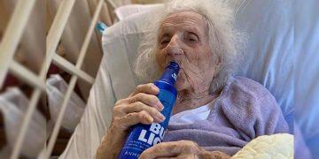 Mujer de 103 años vence el coronavirus y celebra con una cerveza fría