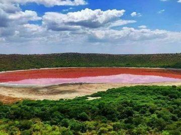 Lago creado por un meteorito sorprende al cambia de color repentinamente