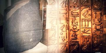 El elemento que permitió comprender el idioma y la escritura del antiguo Egipto: La piedra de Rosetta