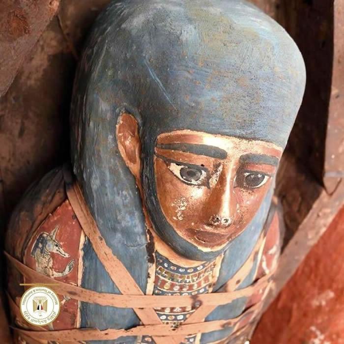 80 sarcófagos decorados y sellados de 2.500 años