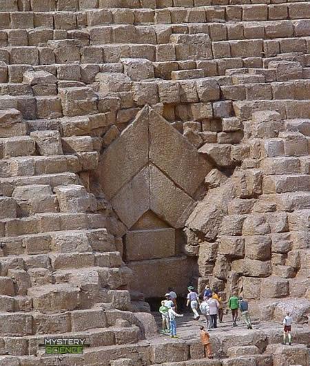 Existe un total de 3 puertas giratorias en la pirámide de Giza