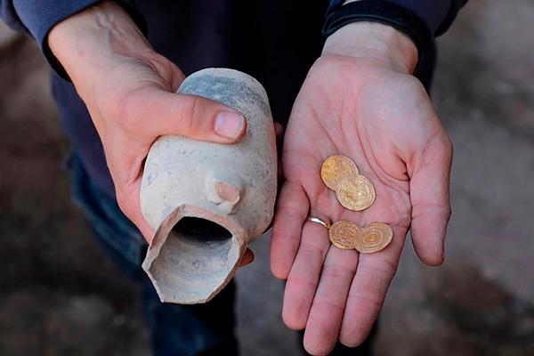 cuatro monedas de oro milenarias cerca del Muro de las Lamentaciones