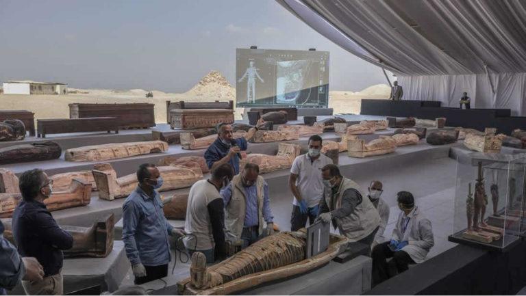 Descubren 100 sarcófagos intactos de más de 2.500 años en Saqqara, Egipto (VIDEO)