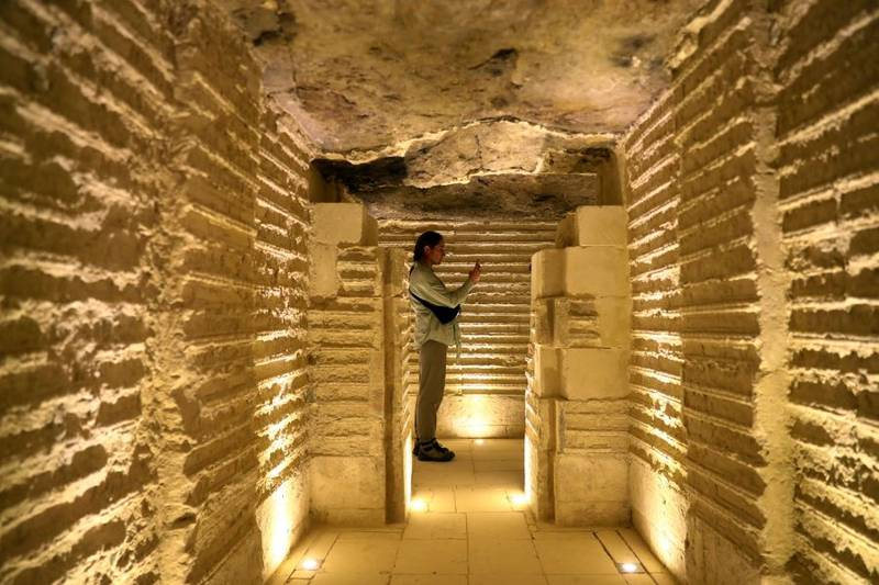 Visitante al interior de la pirámide de Zoser
