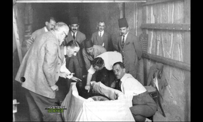 Howard Carter, Lord Carnarvon y otros mientras examinan la momia del rey Tut en 1922