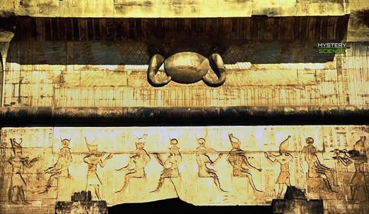 Disco solar alado a la entrada del templo de Edfu