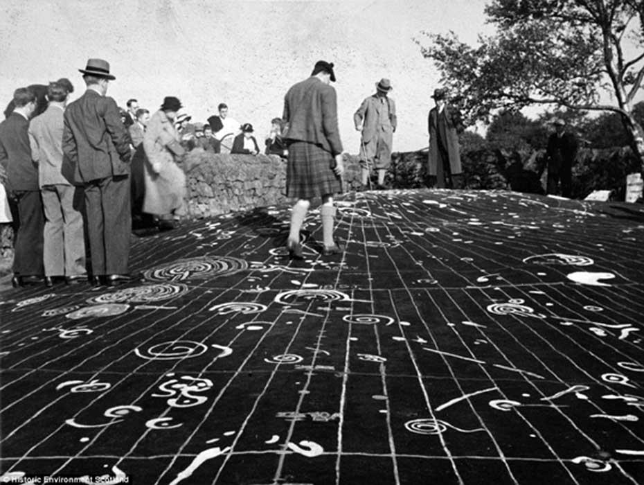 La gente caminaba sin cuidado por encima de la Piedra de Cochno. Aquí se observan cómo los petroglifos se resaltaron con pintura blanca