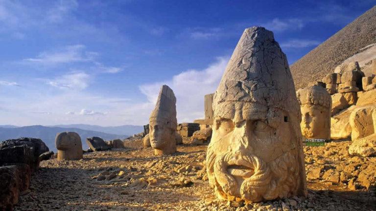 Las enigmáticas cabezas de piedra gigantes ubicadas en la cima de una montaña