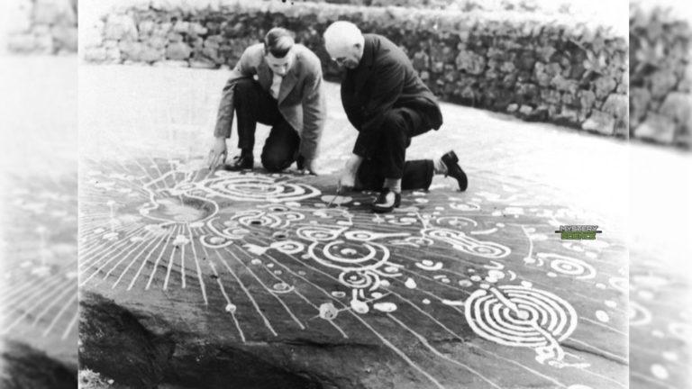 La roca gigante de 5.000 años con intrigantes símbolos