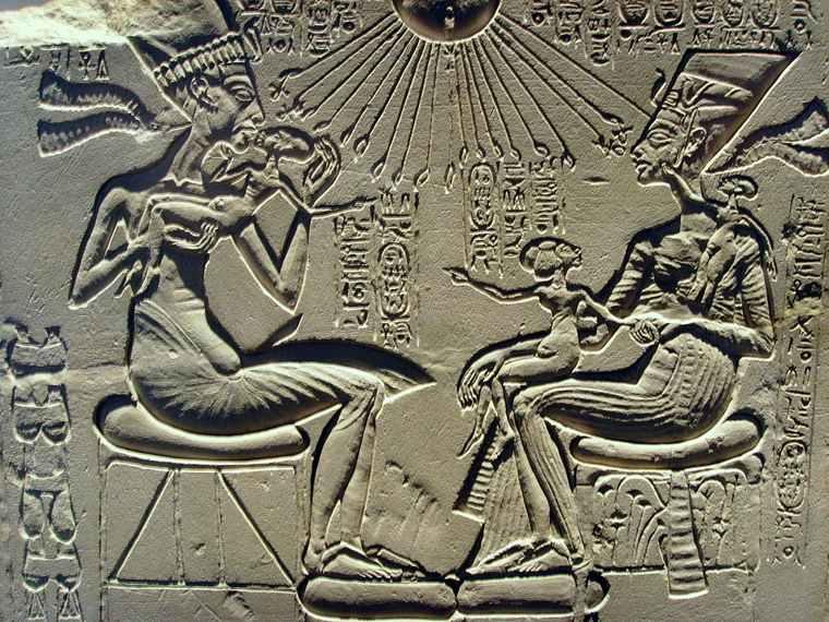 Faraón Akenatón, su reina Nefertiti y sus tres hijos