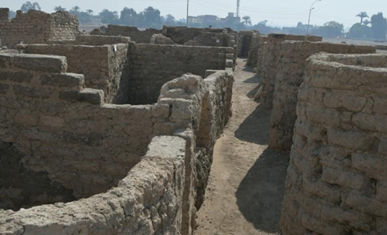 Muros de la ciudad egipcia encontrad