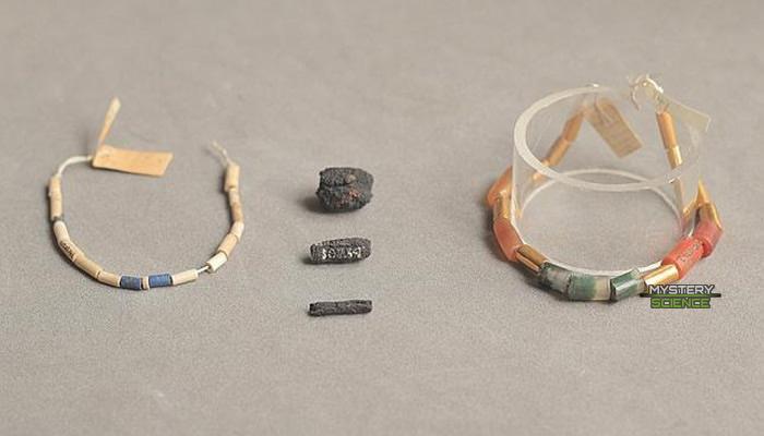 Cuentas antiguas con algunos adornos de hierro