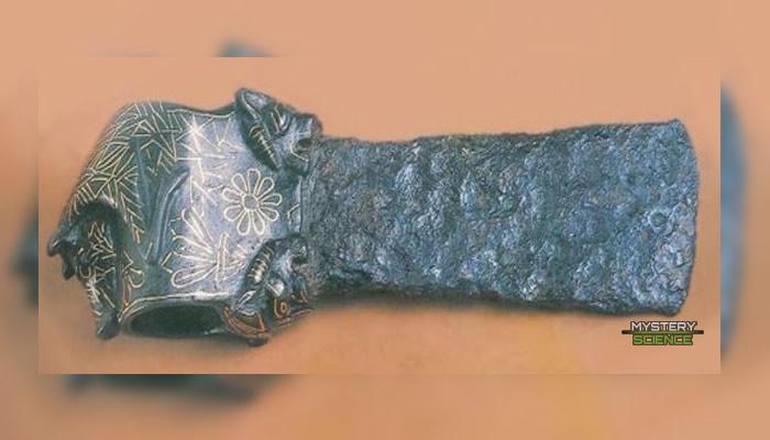 Hacha con aleación de hierro prehistórica