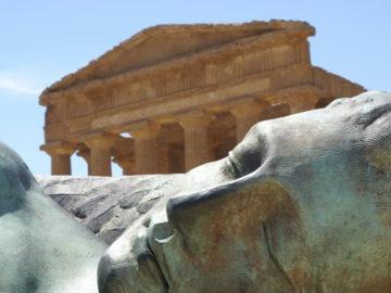 El asombroso templo griego de 38 atlantes gigantes